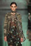 Ein Modell geht Rollbahn an der Nicole Miller-Modeschau während MBFW-Falles 2015 Stockfotografie