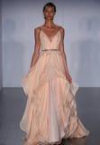 Ein Modell geht Rollbahn an Hayley Paige-Modeschau während Brautder sammlung des Fall-2015 Lizenzfreie Stockbilder
