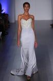 Ein Modell geht Rollbahn an Lazaro-Modeschau während Brautder sammlung des Fall-2015 Stockfoto