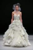 Ein Modell geht Rollbahn an Modeschau Badgley Mischka während Brautder sammlung des Fall-2015 Lizenzfreie Stockbilder