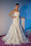 Ein Modell wirft während der Brautsammlung Pamella Roland Presentation des Fall-2015 auf Stockfoto
