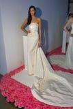 Ein Modell wirft während der Brautsammlung Pamella Roland Presentation des Fall-2015 auf Stockfotos