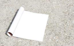 Ein Modellbuch, ein leeres offenes Seitenverzeichnis, eine Zeitschrift, eine Broschüre oder eine Taschenbroschüre Lizenzfreie Stockbilder