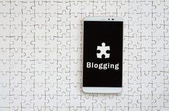 Ein moderner großer Smartphone mit einem Touch Screen liegt auf weiße Spannvorrichtungen Lizenzfreie Stockfotos