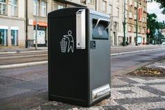 Ein moderner intelligenter Abfalleimer auf der Straße in Prag in der Tschechischen Republik Sammlung Abfall in Europa für folgend Lizenzfreie Stockfotografie