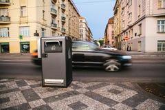 Ein moderner intelligenter Abfalleimer auf der Straße in Prag in der Tschechischen Republik Sammlung Abfall in Europa für folgend Stockfotos