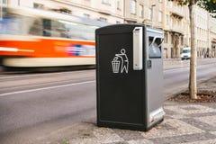 Ein moderner intelligenter Abfalleimer auf der Straße in Prag in der Tschechischen Republik Sammlung Abfall in Europa für folgend Lizenzfreie Stockfotos