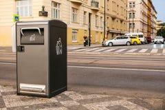 Ein moderner intelligenter Abfalleimer auf der Straße in Prag in der Tschechischen Republik Sammlung Abfall in Europa für folgend Stockbild