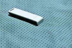 Ein moderner tragbarer Adapter USBs Wi-Fi wird auf die blaue Sportkleidung gesetzt, die von Polyester-Nylon fibe hergestellt wird Stockbild