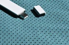 Ein moderner tragbarer Adapter USBs Wi-Fi wird auf die blaue Sportkleidung gesetzt, die von Polyester-Nylon fibe hergestellt wird Stockfotos