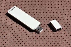 Ein moderner tragbarer Adapter USBs Wi-Fi wird auf die braune Sportkleidung gesetzt, die von Polyester-Nylon fibe hergestellt wir Stockfotos