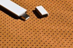 Ein moderner tragbarer Adapter USBs Wi-Fi wird auf die orange Sportkleidung gesetzt, die von Polyester-Nylon fibe hergestellt wir Stockfotos