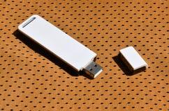 Ein moderner tragbarer Adapter USBs Wi-Fi wird auf die orange Sportkleidung gesetzt, die von Polyester-Nylon fibe hergestellt wir Stockbild