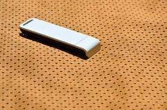 Ein moderner tragbarer Adapter USBs Wi-Fi wird auf die orange Sportkleidung gesetzt, die von Polyester-Nylon fibe hergestellt wir Stockbilder