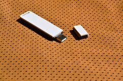 Ein moderner tragbarer Adapter USBs Wi-Fi wird auf die orange Sportkleidung gesetzt, die von Polyester-Nylon fibe hergestellt wir Stockfotografie
