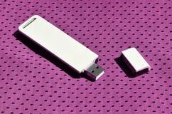 Ein moderner tragbarer Adapter USBs Wi-Fi wird auf die purpurrote Sportkleidung gesetzt, die von Polyester-Nylon fibe hergestellt Stockbilder