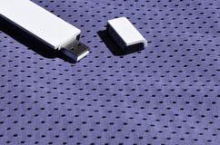 Ein moderner tragbarer Adapter USBs Wi-Fi wird auf die violette Sportkleidung gesetzt, die von Polyester-Nylon fibe hergestellt w Stockfotos