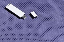 Ein moderner tragbarer Adapter USBs Wi-Fi wird auf die violette Sportkleidung gesetzt, die von Polyester-Nylon fibe hergestellt w Stockbilder