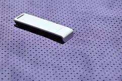 Ein moderner tragbarer Adapter USBs Wi-Fi wird auf die violette Sportkleidung gesetzt, die von Polyester-Nylon fibe hergestellt w Lizenzfreie Stockfotos