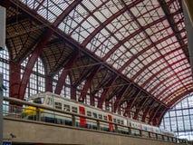 Ein moderner Zug angehalten am zentralen Bahnhof von Antwerpen lizenzfreie stockbilder