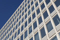Ein modernes Bürohaus Lizenzfreie Stockfotos
