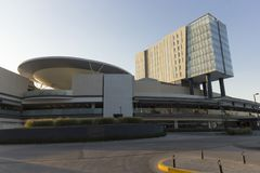 Ein modernes Einkaufszentrum und ein Hotel in Queretaro-Stadt lizenzfreies stockbild