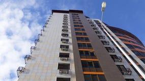 ein modernes Gebäude des neuen Hochhauses stieg zu den Wolken an moderne Materialien, Glas, Metall, Keramikfliesen kontrastieren  lizenzfreies stockfoto