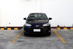 Ein modernes Limousineauto besetzt einen parkenden Schlitz an einem allgemeinen Parkplatz stockfotos