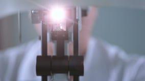 Ein modernes medizinisches Gerät für die Augenprüfung Unerkennbarer Doktor, der mit geduldiger Augenprüfung arbeitet stock footage