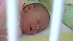 Ein Monats-altes Baby-Schlafen stock video