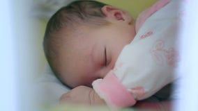 Ein Monats-altes Baby-Schlafen stock footage