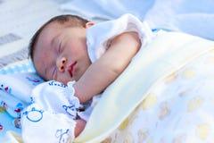 Ein ein-Monats-altes neugeborenes Mädchen, das friedlich morgens stillsteht Lizenzfreies Stockbild