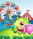 Ein Monster mit einem Schild nahe dem Karneval Stockfoto