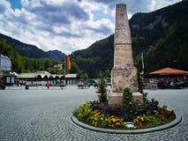 Ein Monument auf dem quadratischen nahen See Plansee lizenzfreie stockbilder