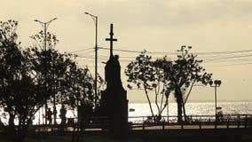 Ein Monument auf der Ufergegend mit Kreuzen nahe der Ozeanküste stock video