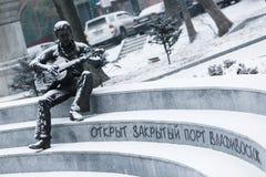 Ein Monument deshalb zum Musiker Vladimir Vysotsky in Wladiwostok stockbild