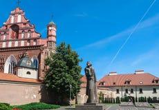 Ein Monument zu Adam Mickiewicz und zu Bernardine Church vilnius Stockfotos