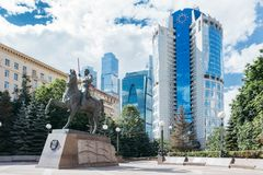 Ein Monument zu General Bagration am Hintergrund von Wolkenkratzern stockfotografie