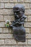 Ein Monument zum großen Mann Taras Shevchenko mit dem Abbau des Gedichtes auf einer Steinwand Stockbild