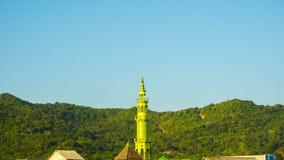 Ein Moscheenislamturm in der Ferninsel mit grüner Farbe und klarer Himmel in karimun jawa stockbilder