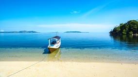 Ein Moter-Boots-Parken auf dem Strand lizenzfreies stockfoto