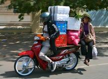 Ein motobike Treiber mit einem Fluggast trägt Kästen Lizenzfreies Stockbild