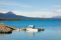 Ein Motorboot bc gebunden an einem Schwimmdock in Nord Stockfoto