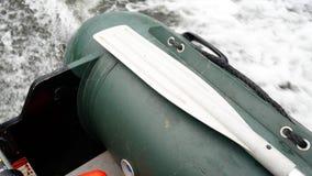 Ein Motorboot im Flussabschluß oben stock video footage