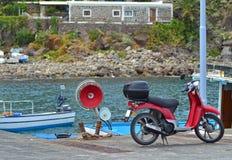 Ein motorcyclye nahe der Seefront stockbild