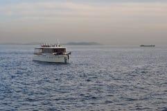 Ein Motorschiff, das in das Meer schwimmt Lizenzfreies Stockfoto