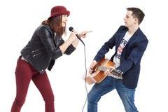 Ein musikalisches Duo eines jungen Paares stockbild