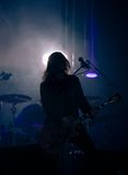 Ein Musiker mit einer Gitarre auf einem Konzert Stockfotos