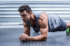 Ein muskulöser Mann auf Plankenposition Stockfoto