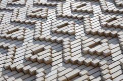 Ein Muster, das von den weißen Ziegelsteinen in Form von Diamanten gemacht wird, formt De Lizenzfreies Stockbild